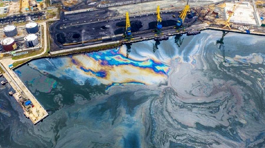 Иностранное судно сбросило нефтепродукты в порту России
