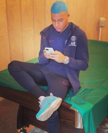 Футболист «Пари Сен-Жермен» перекрасил волосы в голубой цвет