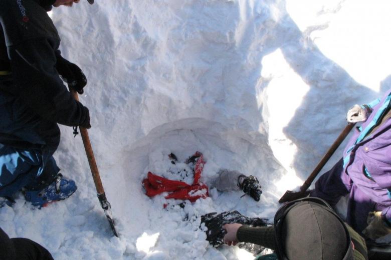 Мужчина попал в снежную лавину и выжил