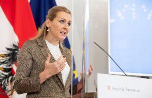 Министр Труда Австрии уволилась поста после обвинения в плагиате