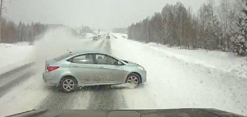 В Свердловской области столкнулось около 20 автомобилей