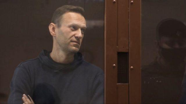 Навального привезли в суд по делу о клевете