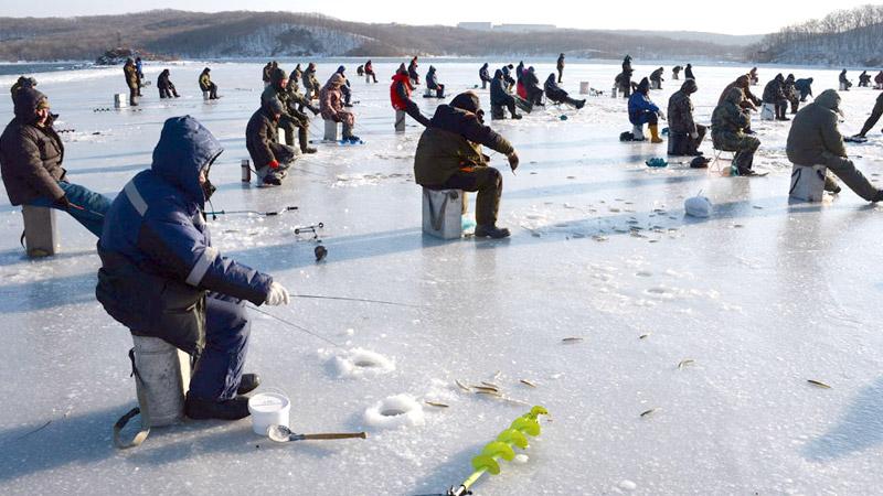 Около сотни рыбаков дрейфовали на отколовшейся льдине на Сахалине