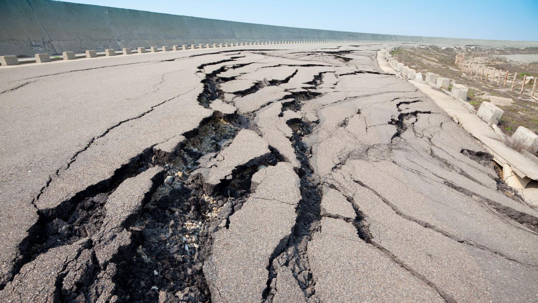 Власти Японии призвали население не выходить на улицу из-за большой вероятности новых землетрясений