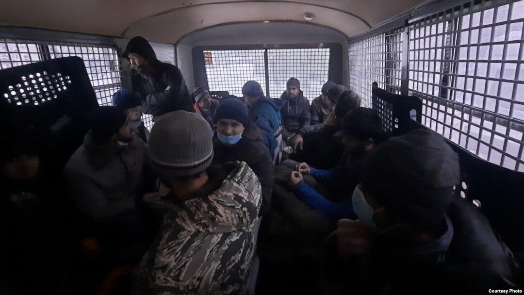 Арестованные участники акций протеста сообщают о переполненных камерах