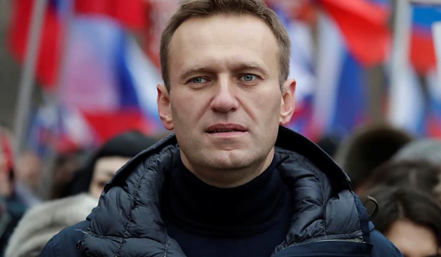 По делу о клевете на ветерана Алексей Навальный доставлен в суд