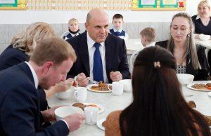 Михаил Мишустин отобедал гречневой кашей с котлетой в школьной столовой в Барнауле