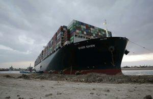 Застрявшее в Суэцком канале судно снято с мели