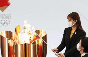 В Японии загорелся Олимпийский огонь