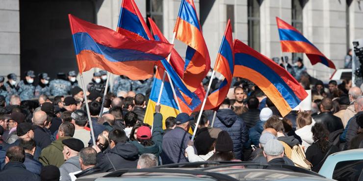 Митинги в Ереване: столкновение сторонников и противников Пашиняна