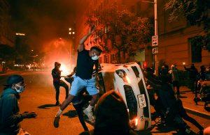 В США начались массовые беспорядки из-за убийства полицией чернокожего