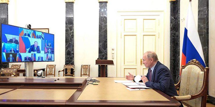 Путин прервал речь Макрона
