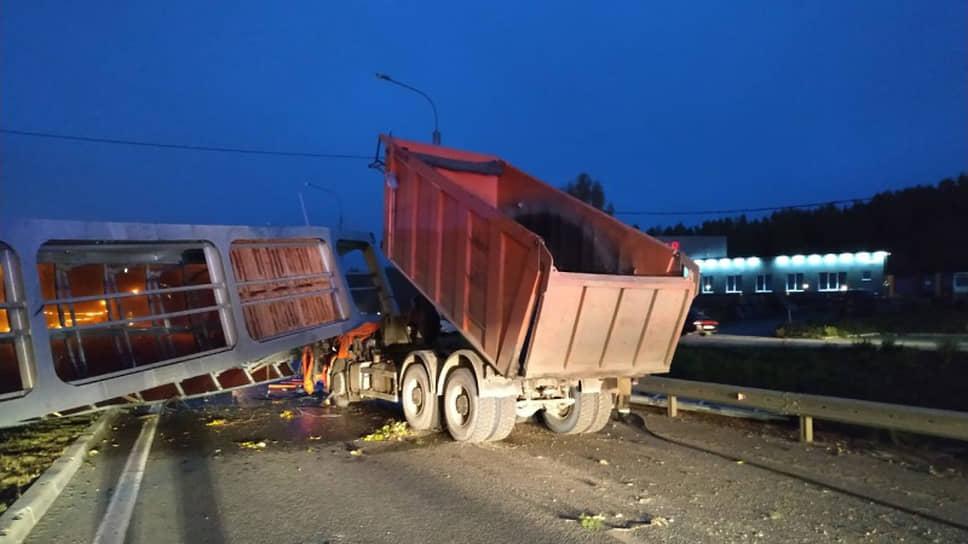 В Екатеринбурге обрушился пешеходный мост