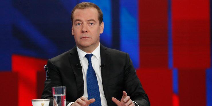 Медведев считает, что переход к 4-дневной рабочей неделе должен быть постепенным