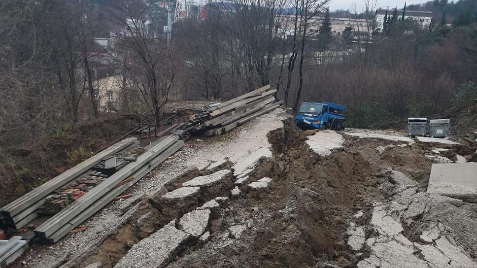 В Сочи сошел оползень и разрушил часть водопровода
