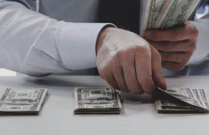 Специалисты поделились с россиянами несколькими способами выхода из долговой ямы