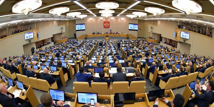 В Госдуме РФ приняли законопроект, запрещающий действующим государственным служащим иметь иностранное гражданство