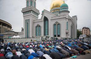 Прихожан Лондонской мечети забросали яйцами и камнями