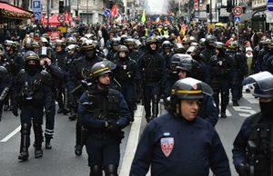В Париже полиция пытается разогнать манифестантов