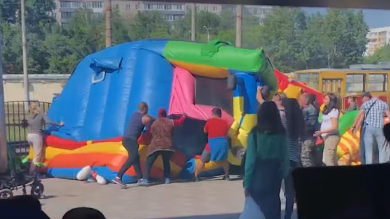 В Барнауле две маленькие девочки оказались в больнице после опрокидывания надувного батута