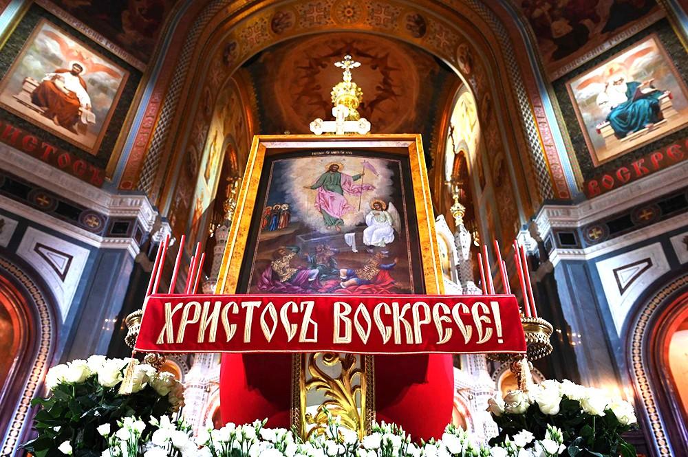 Начался пасхальный крестный ход в храме Христа Спасителя