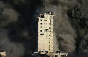 В результате авиаудара Израиля в Газе было разрушено многоэтажное здание