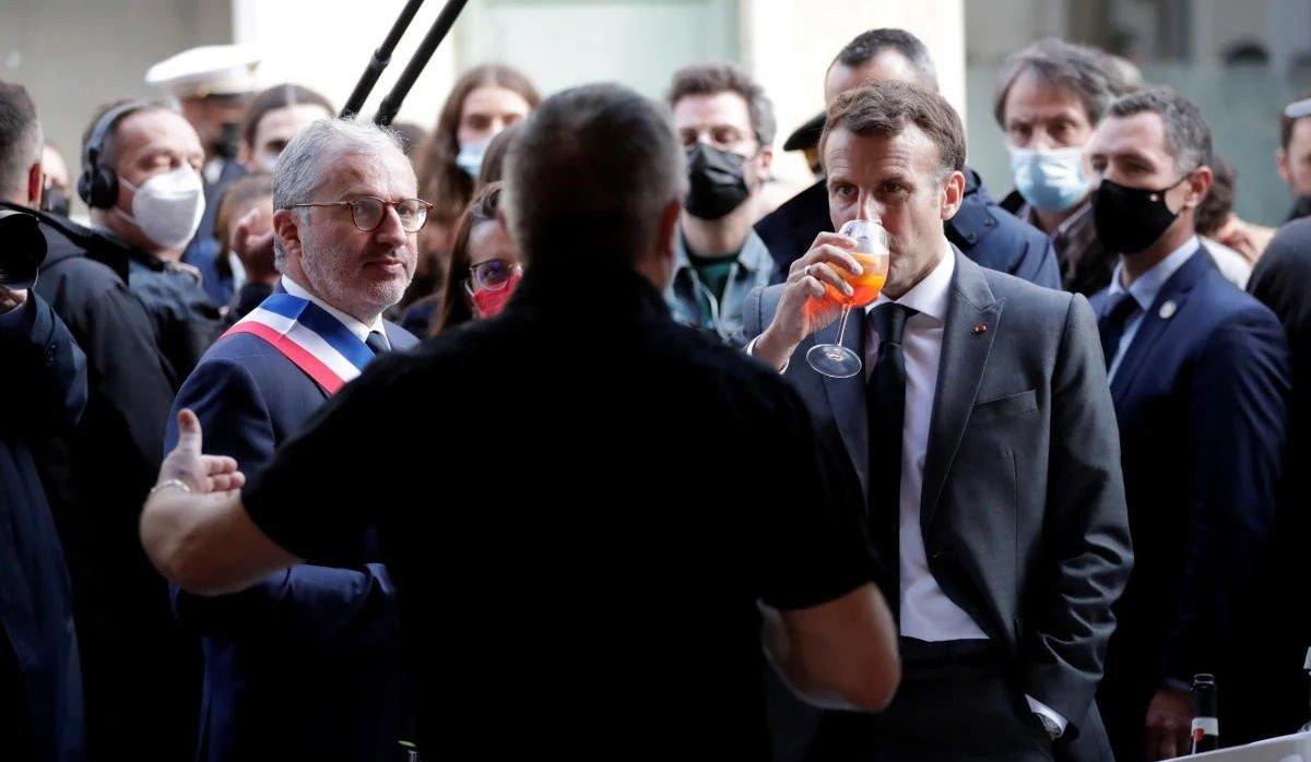 Макрона пригласили в Киев на бокал вина после того, как он выпил под украинский тост «Будьмо!»