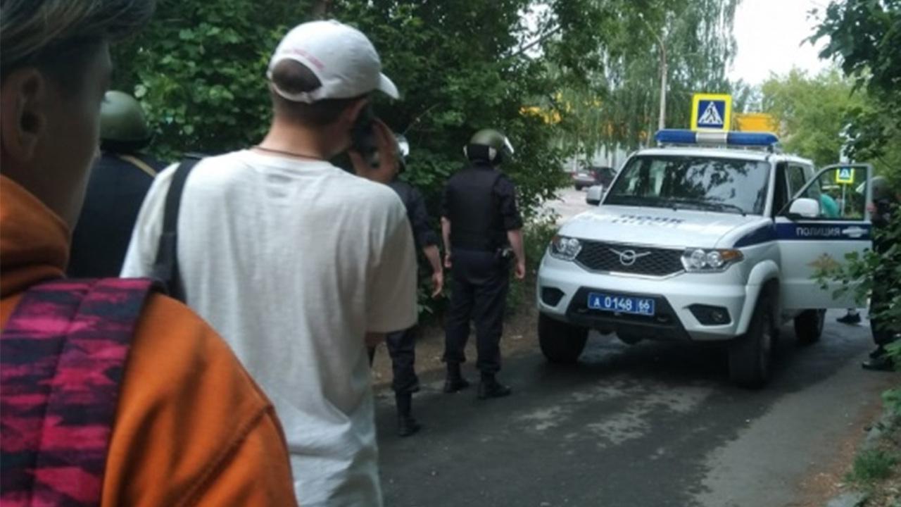 В Екатеринбурге мужчина начал стрелять по прохожим