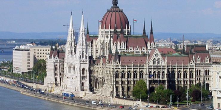 Власти Венгрии решили отменить комендантский час и ношение масок