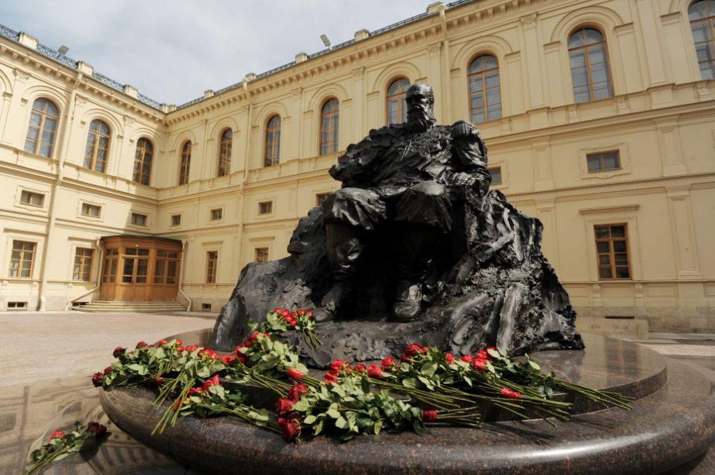 Памятник Александру III выполнили с грубой ошибкой
