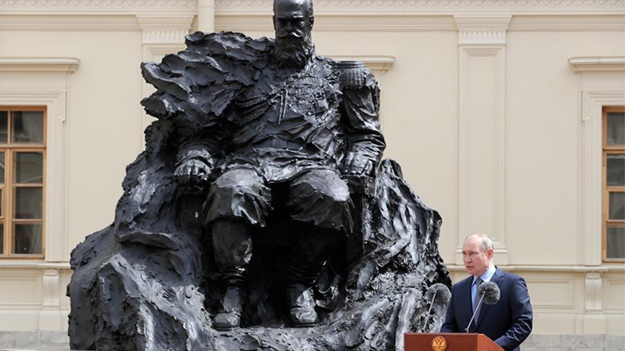 Путин принял участие в открытии памятника Александру III в Гатчине