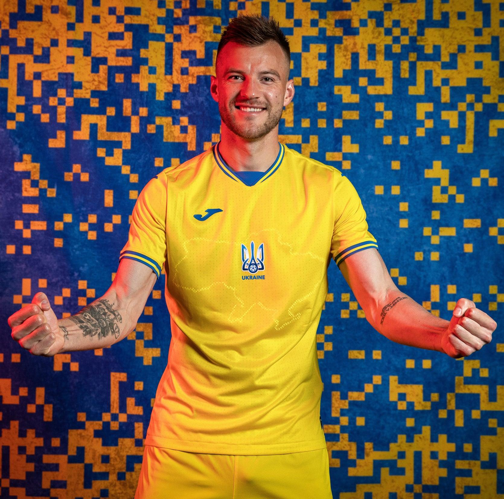 На новой форме сборной Украины по футболу нанесен силуэт страны с Крымом