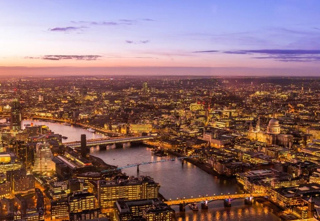 Взрывы и сильный пожар остановили движение в центре Лондона