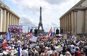 Во Франции прошли антиковидные протесты, их поддержали «желтые жилеты»