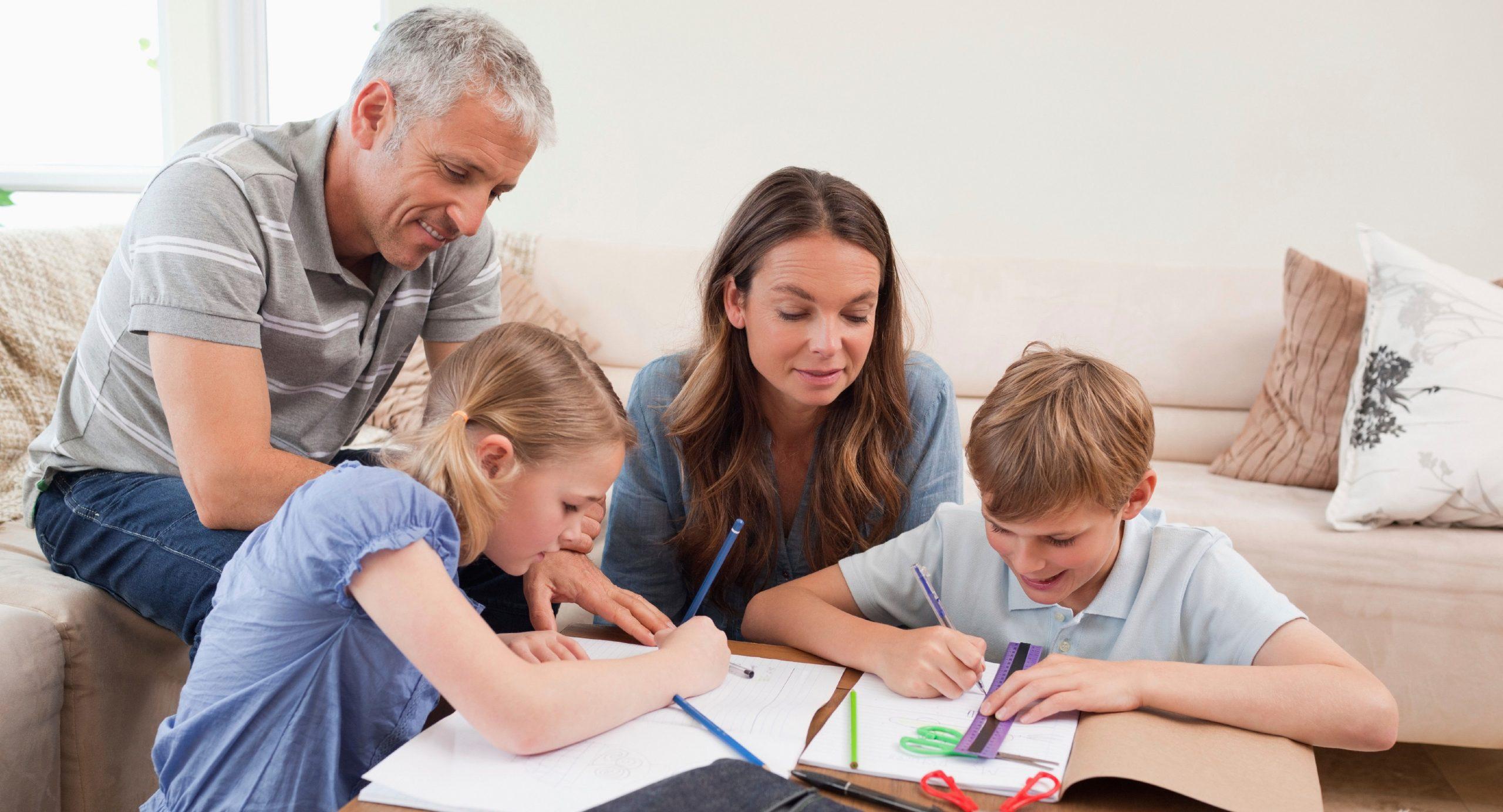 Выплаты на школьников можно получить только безналичном расчетом – Минтруд