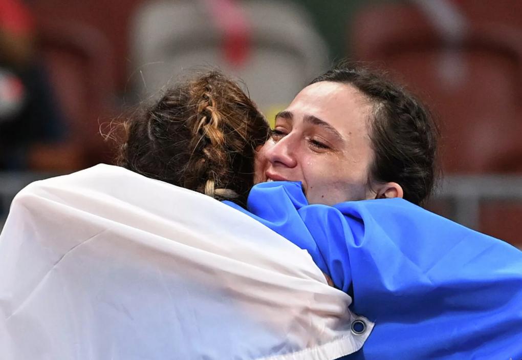Соотечественники назвали украинскую спортсменку «биомусором» за объятия с российской соперницей