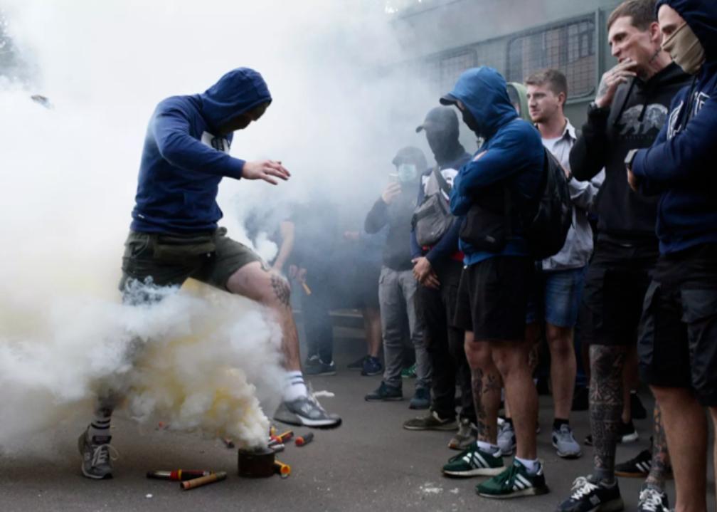 В Киеве митингующие националисты вступили в сильную потасовку с полицией