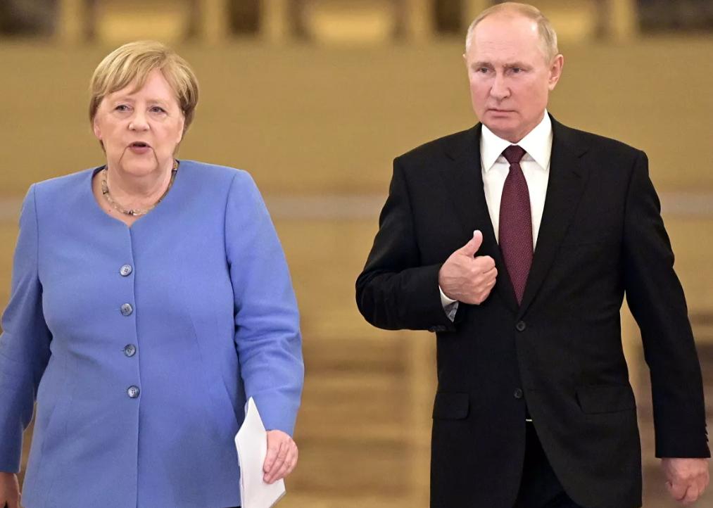 Меркель потребовала от Путина освободить осужденного Навального