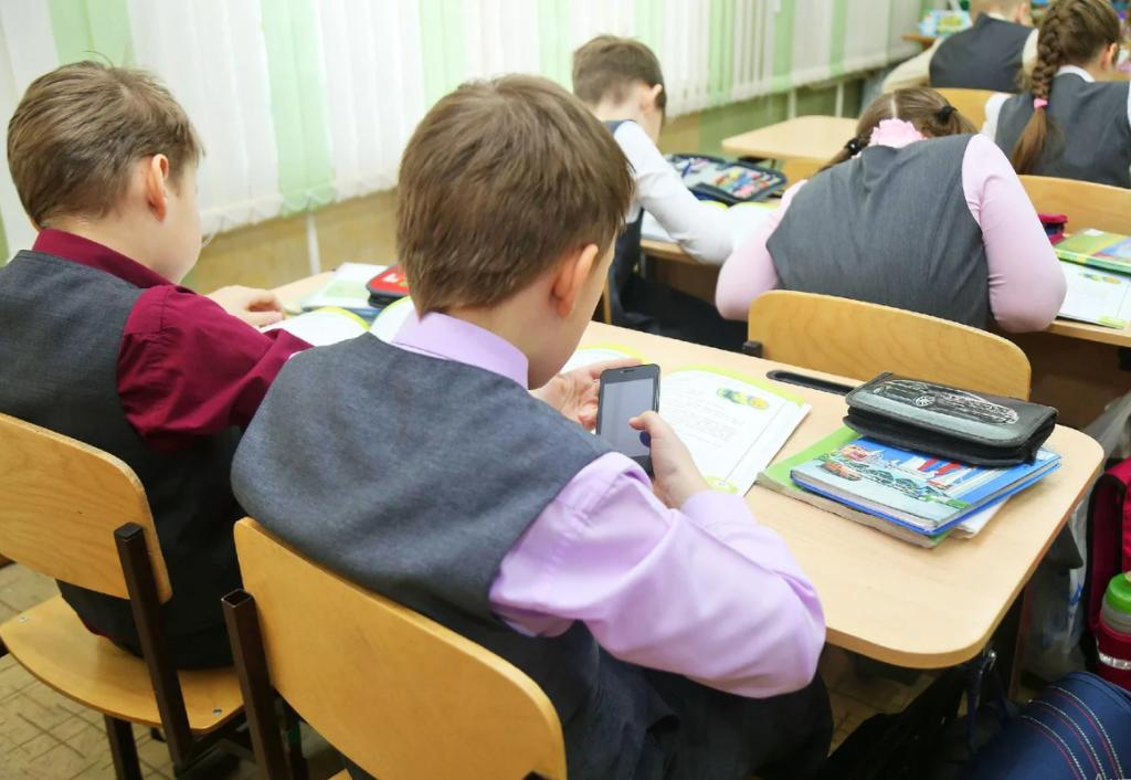 В Минпросвещения поступило предложение создать список смартфонов для школы