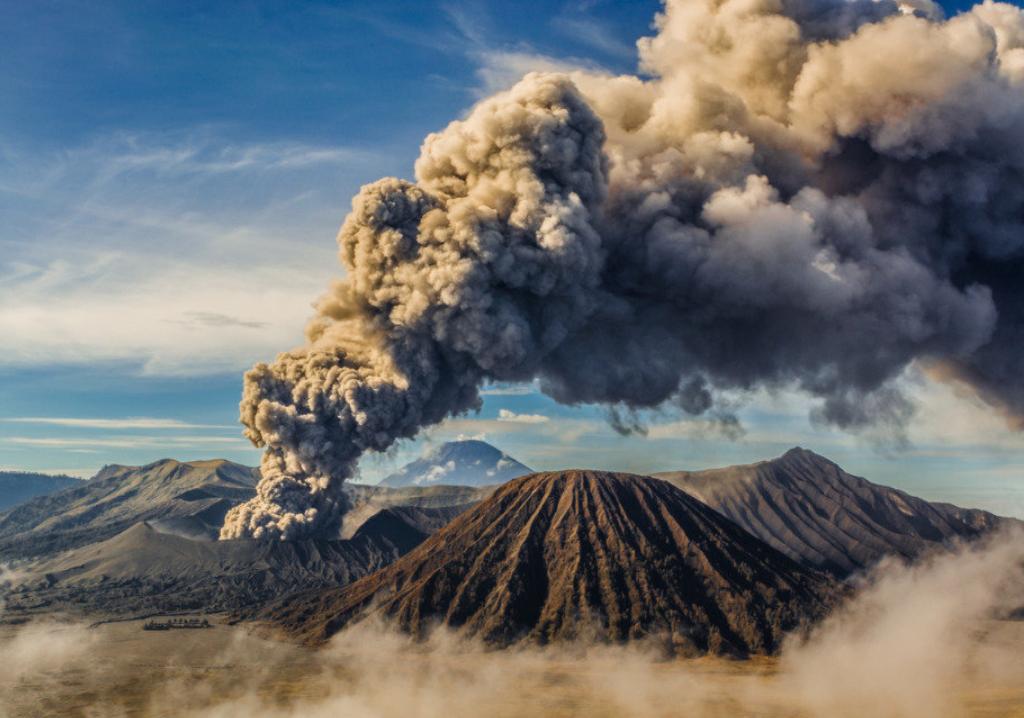Курильский вулкан Эбеко выбросил столб пепла на высоту 3,7 км