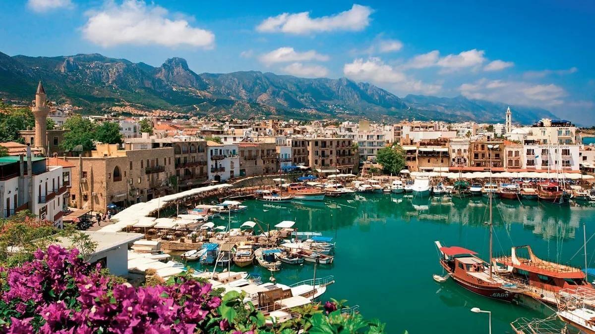 Кипр ввел дополнительные ограничения для непривитых туристов