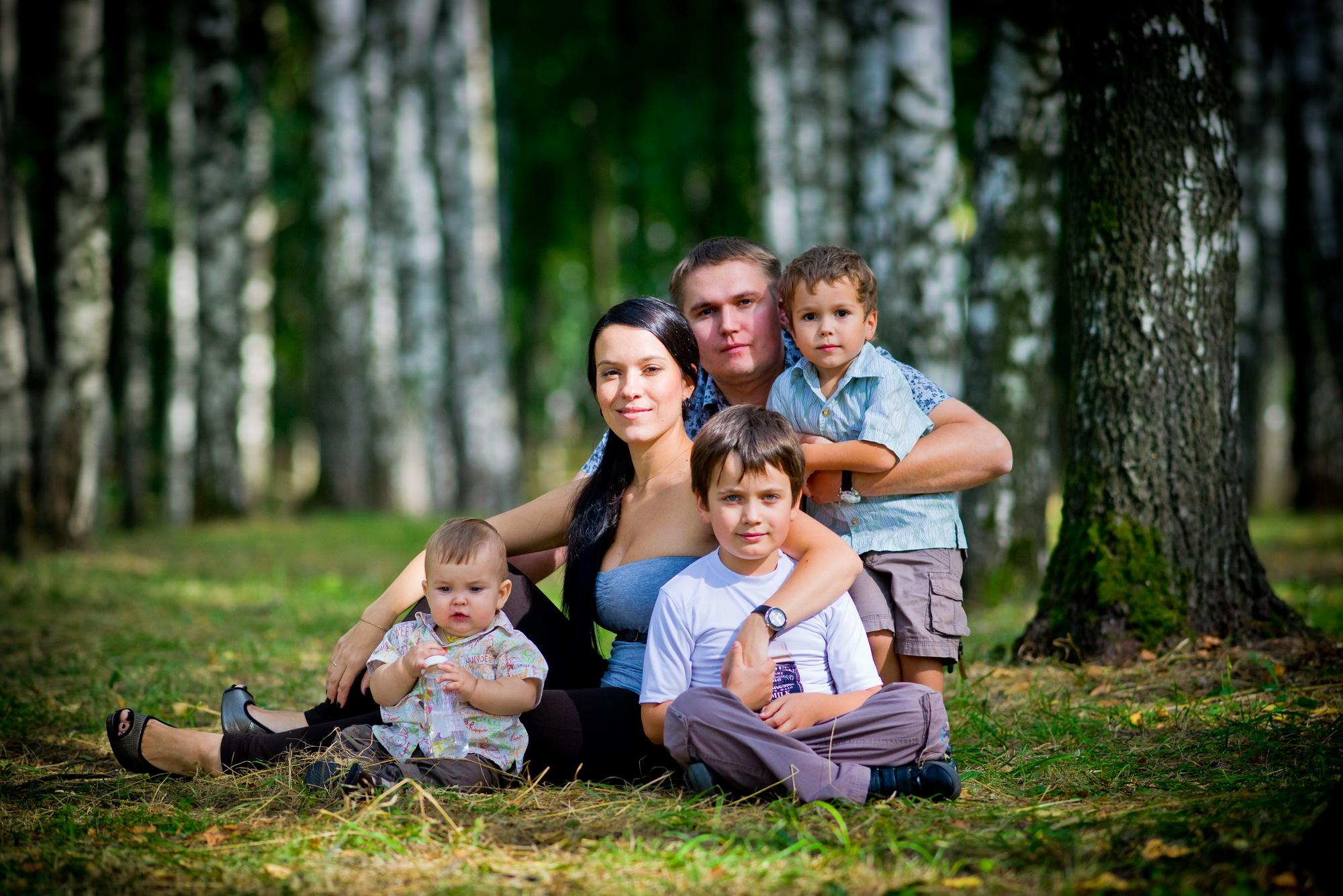 Правительство выделит дополнительно 21 млрд рублей на выплаты малоимущим семьям с детьми