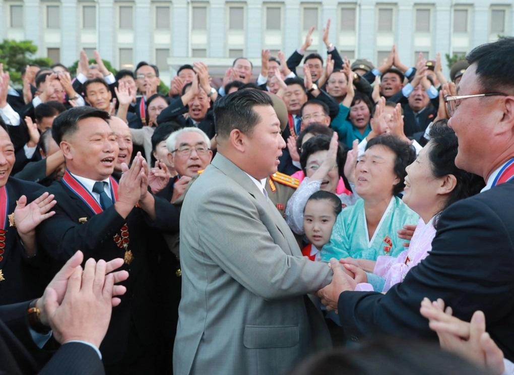 Ким Чен Ын посетил военный парад и удивил присутствующих внешним видом