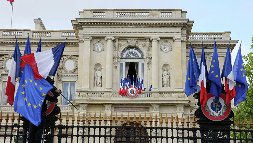 Вслед за отменой совместных мероприятий, Франция отозвала своих послов из Вашингтона и Канберры