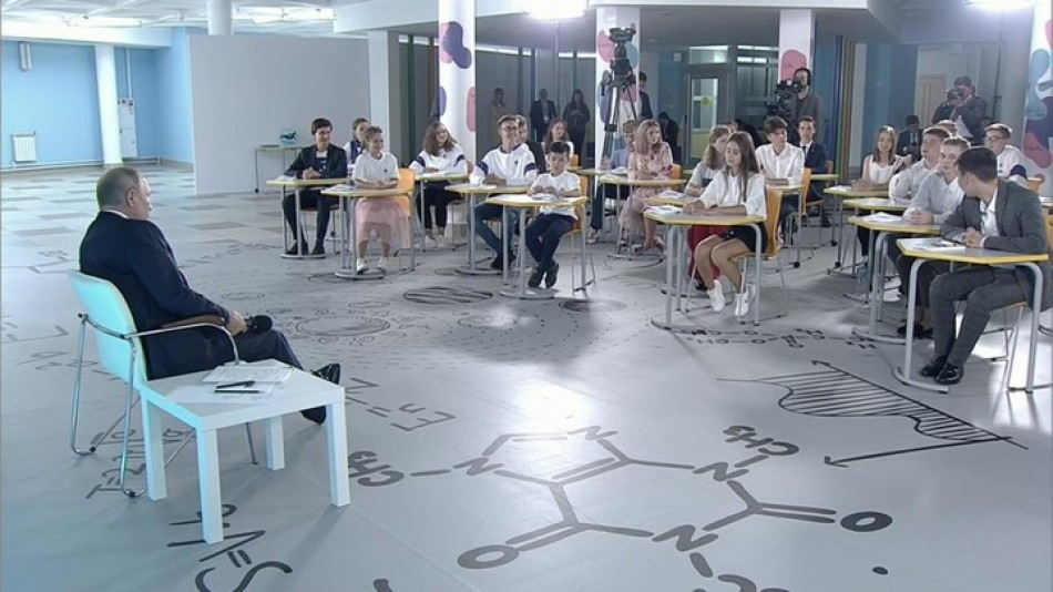 В Кремле не согласны с мнением директора школы, ученик которой поспорил с Путиным