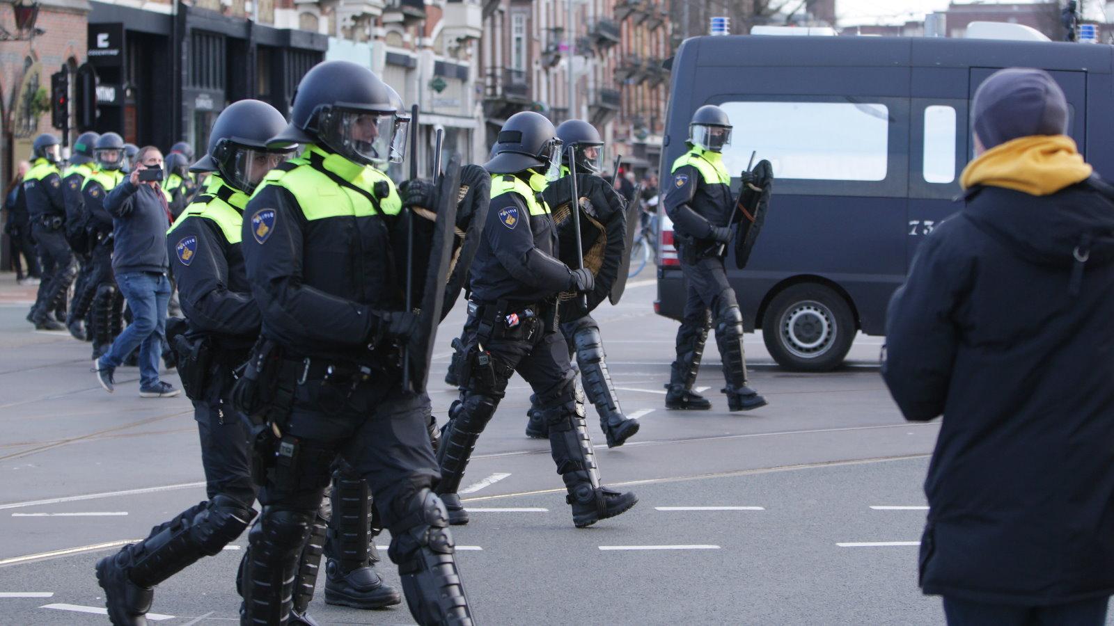 В Амстердаме прошли акции протеста против COVID-ограничений