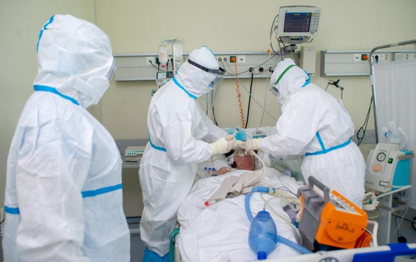 В британско-шведской компании AstraZeneca заявили, что их вакцина предотвращает тяжелую форму COVID-19
