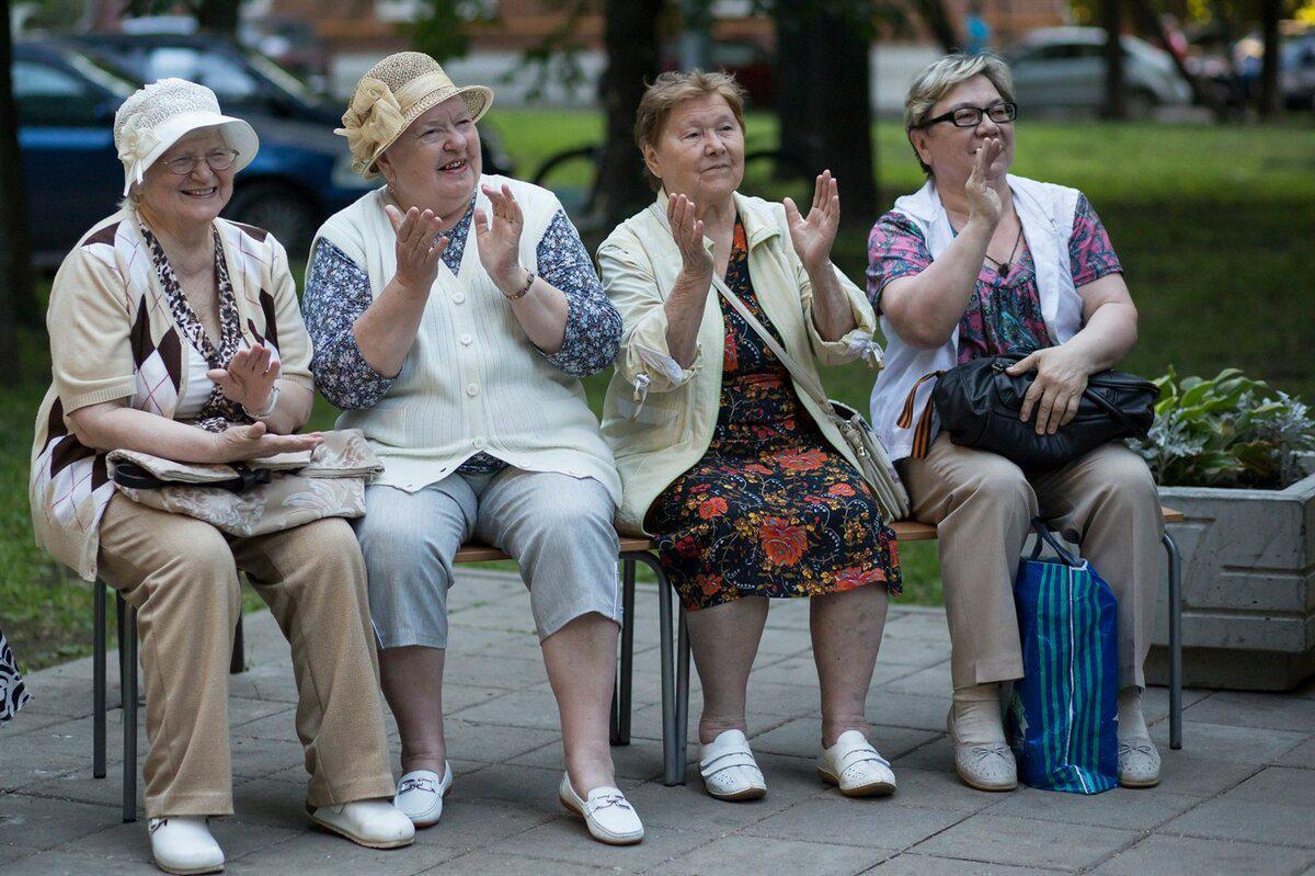 Пожилых россиян премируют за вакцинацию в Москве, а в Башкирии – непривитых отправят на самоизоляцию