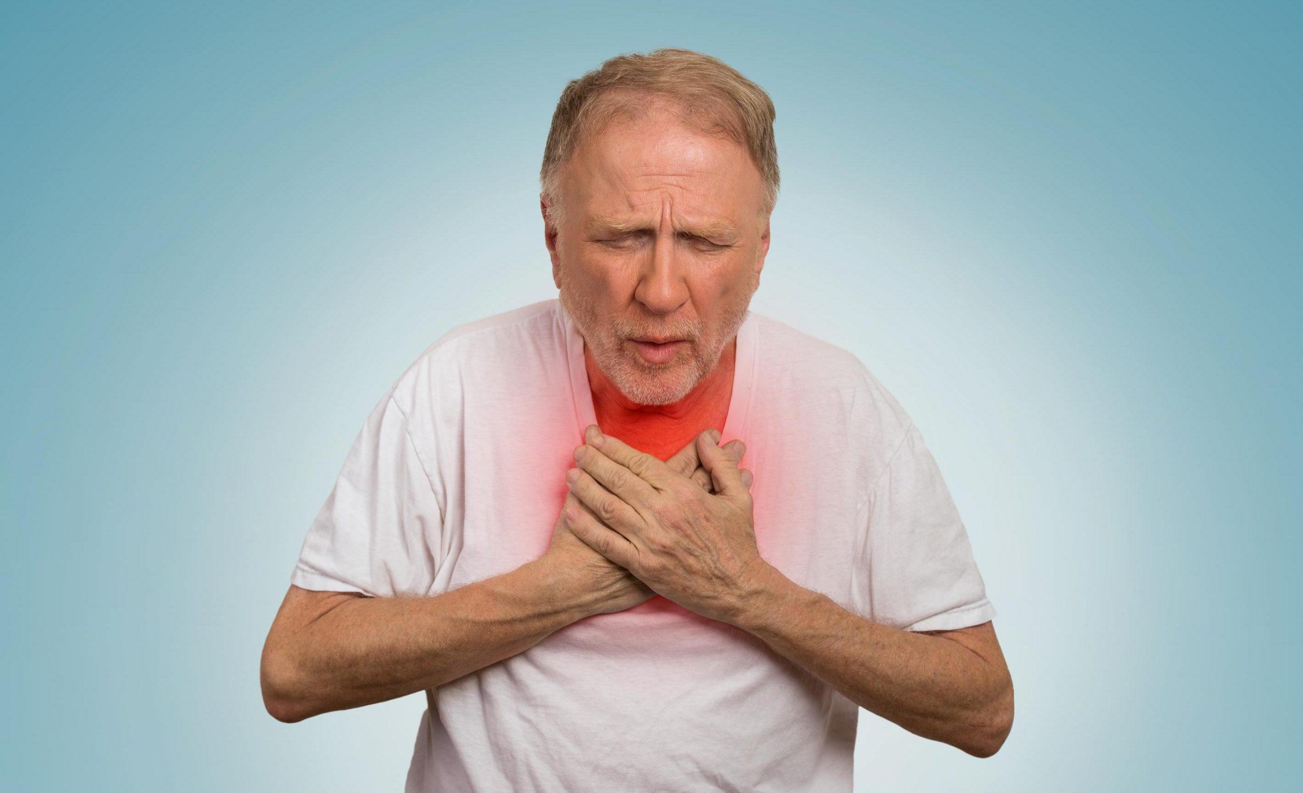 Иммунолог рассказал, при каких симптомах COVID-19 нужно вызывать скорую